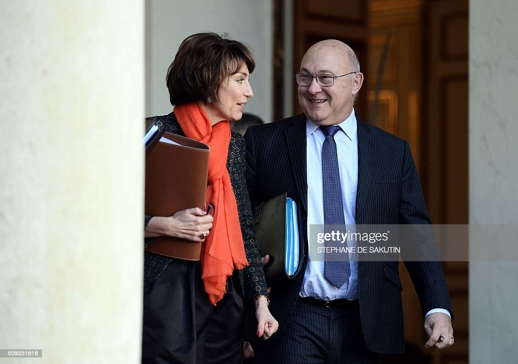 French Health Minister Marisol Touraine (L) and French Finance Minister Michel Sapin leave the Elysee palace following the weekly cabinet meeting on February 10, 2016. AFP PHOTO / STEPHANE DE SAKUTIN / AFP / STEPHANE DE SAKUTIN