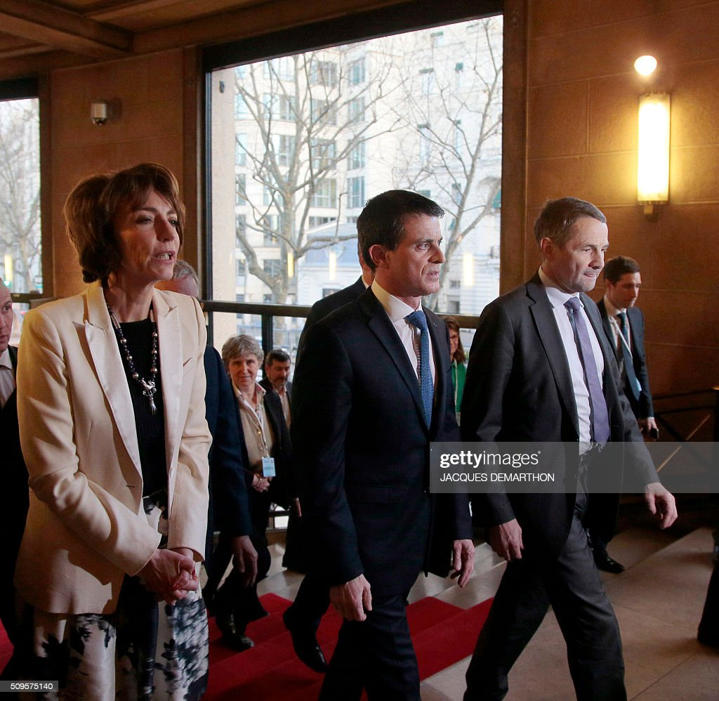 French Health Minister Marisol Touraine, French Prime Minister Manuel Valls and French Minister of State for Higher Education and Research, Thierry Mandon attend the closing of the Health Conference organised by the government on February 11, 2016 in Paris. / AFP / JACQUES DEMARTHON