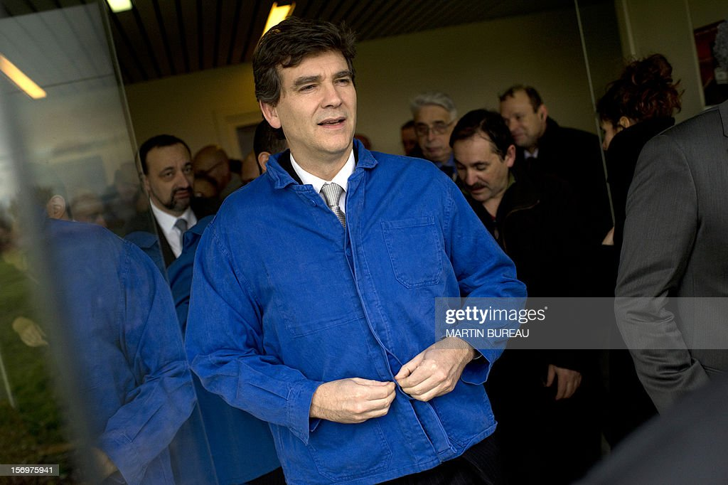 French Industrial Renewal Minister Arnaud Montebourg (C) visits the factory of French manufacturer of glassware Duralex, on November 26, 2012 in La Chapelle-Saint-Mesmin. Montebourg does not want steel giant ArcelorMittal in France anymore and is looking for an industrial partner with which to take the group's operations there over on a temporary basis, he said on November 26 in an interview. AFP PHOTO/ MARTIN BUREAU