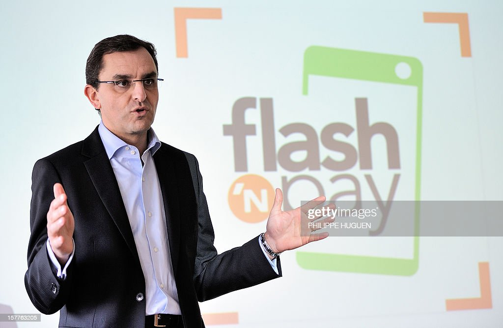 French Innovation Director at Banque Accord and chief operating officer of Flash'n Pay SAS Benoit Liagre introduces the 'flash'n pay' smartphone application on December 6, 2012 in a Auchan supermarket in Faches-Thumesnil near Lille, northern France. 'Flash'n pay', an application developped by the Auchan group, allows customers to manage their shopping list, coupons, loyalty programs, budget and payments with their smartphones in any store offering the service. AFP PHOTO PHILIPPE HUGUEN