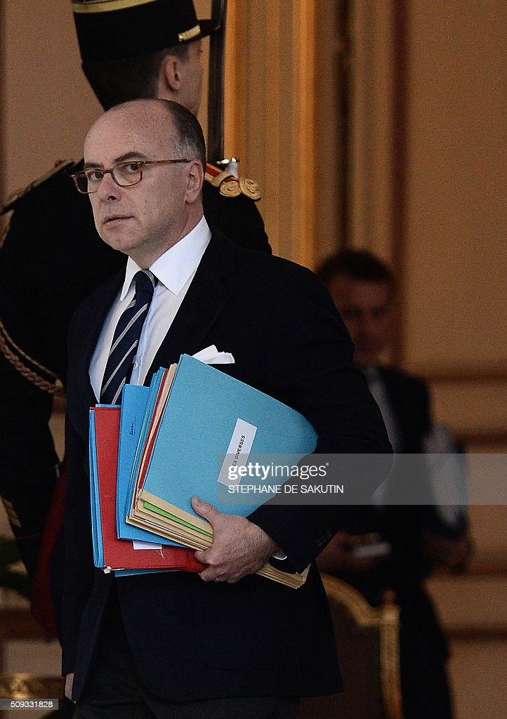 French Interior Minister Bernard Cazeneuve prepares to leave the Elysee palace following the weekly cabinet meeting on February 10, 2016. AFP PHOTO / STEPHANE DE SAKUTIN / AFP / STEPHANE DE SAKUTIN