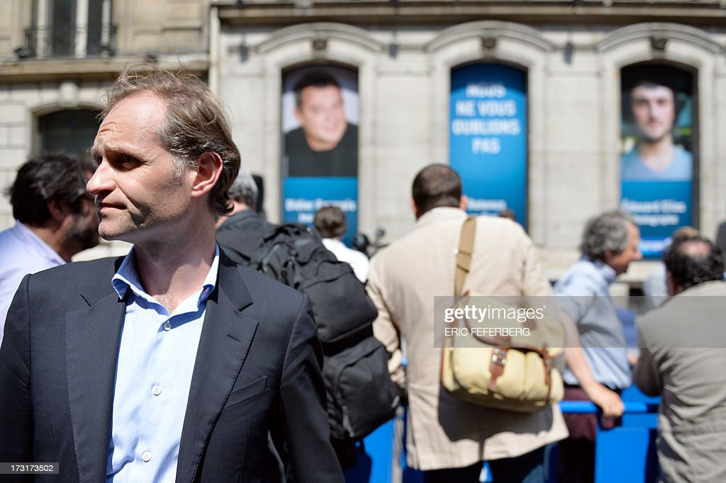 French journalist Fabien Namias (L) takes part in a rally in front of Europe 1 radio station studio on July 9, 2013 in support of the two French radio journalists Didier François and Edouard Elias who have been kidnapped in Syria. AFP PHOTO / ERIC FEFERBERG