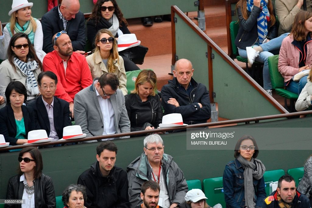 French journalist Jean-Michel Aphatie (C-R) attends the men's fourth round match between Japan's Kei Nishikori and France's Richard Gasquet at the Roland Garros 2016 French Tennis Open in Paris on May 29, 2016. / AFP / MARTIN