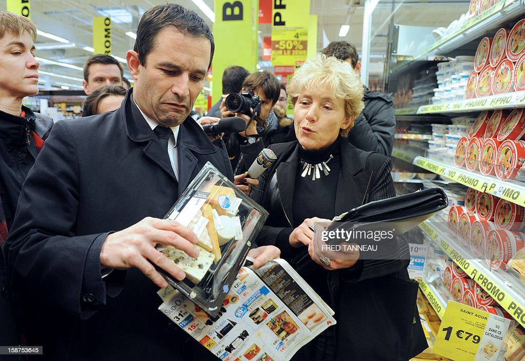 French Junior Minister for Social and Solidarity Economy, Benoit Hamon (L), visits a supermarket Auchan with members of the French Directorate General for Competition, Consumer Affairs and Repression of Fraud (DGCCRF) on December 27, 2012 in Saint-Sébastien-sur-Loire, western France. AFP PHOTO / FRED TANNEAU