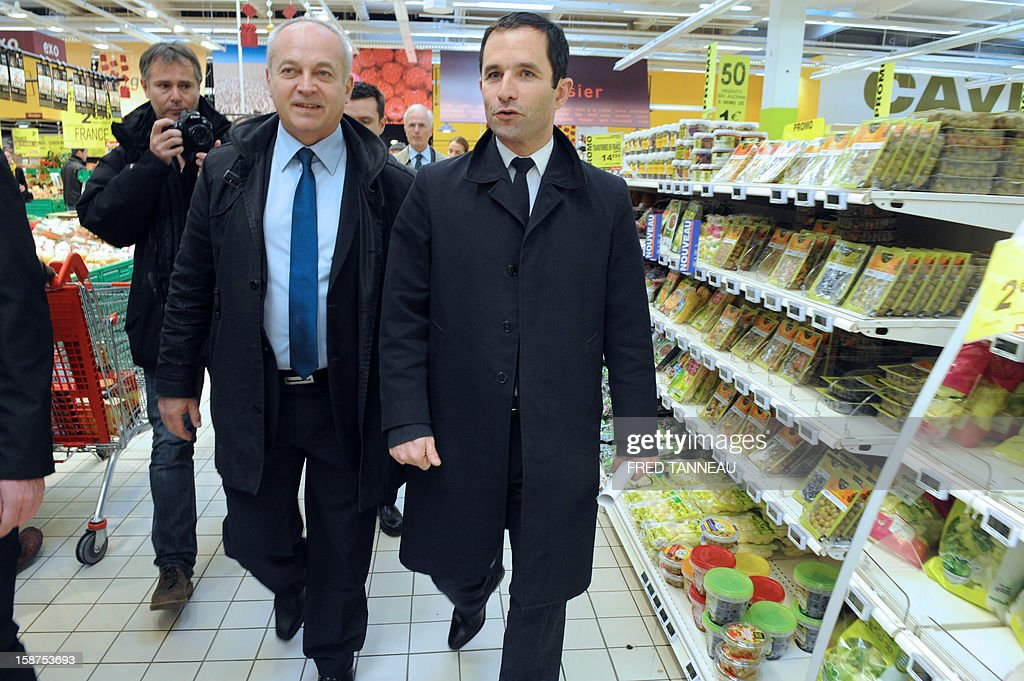 French Junior Minister for Social and Solidarity Economy, Benoit Hamon (R), visits a supermarket Auchan with members of the French Directorate General for Competition, Consumer Affairs and Repression of Fraud (DGCCRF) on December 27, 2012 in Saint-Sébastien-sur-Loire, western France. AFP PHOTO / FRED TANNEAU