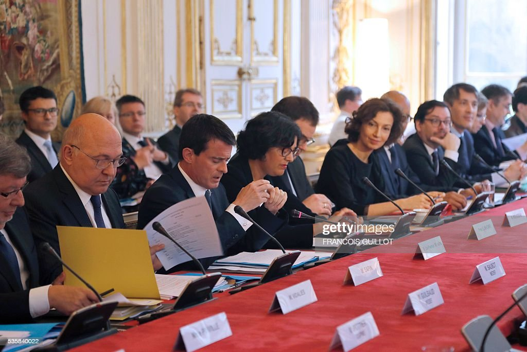 French junior Minister for Transport, Maritime Economy and Fishery Alain Vidalies, Minister of Finance and Public Accounts Michel Sapin, Prime Minister Manuel Valls, Labour Minister Myriam El-Khomri and Culture Minister Audrey Azoulay attend a government meeting on the fight against undeclared work on May 30, 2016 at the hotel Matignon in Paris. / AFP / FRANCOIS