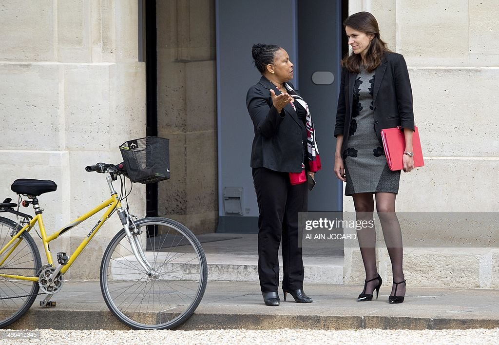 French Justice minister Christiane Taubira (L) talks with French Culture minister Aurelie Filippetti at the Elysee palace in Paris on June 3, 2014 after the weekly cabinet meeting.