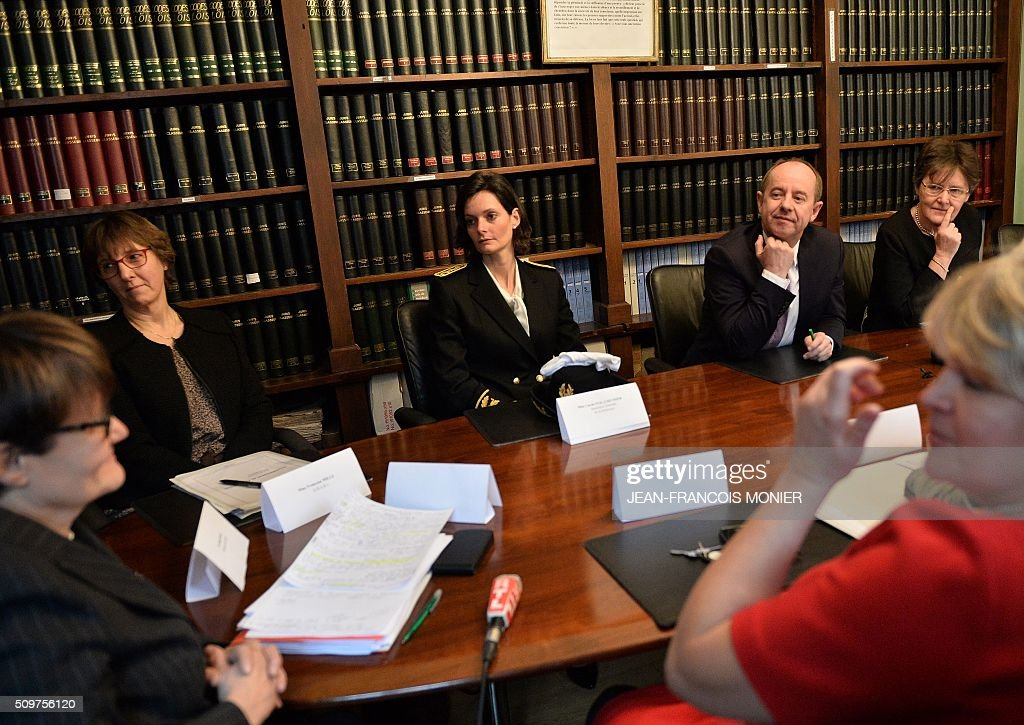 French Justice Minister Jean-Jacques Urvoas (2nd R) and Director of Judicial Services for the Justice Minister, Marielle Thuau (Rear R) meet with court staff during their visit to the Regional Court (TGI) of Chartres on February 12, 2016. / AFP / JEAN-FRANCOIS MONIER