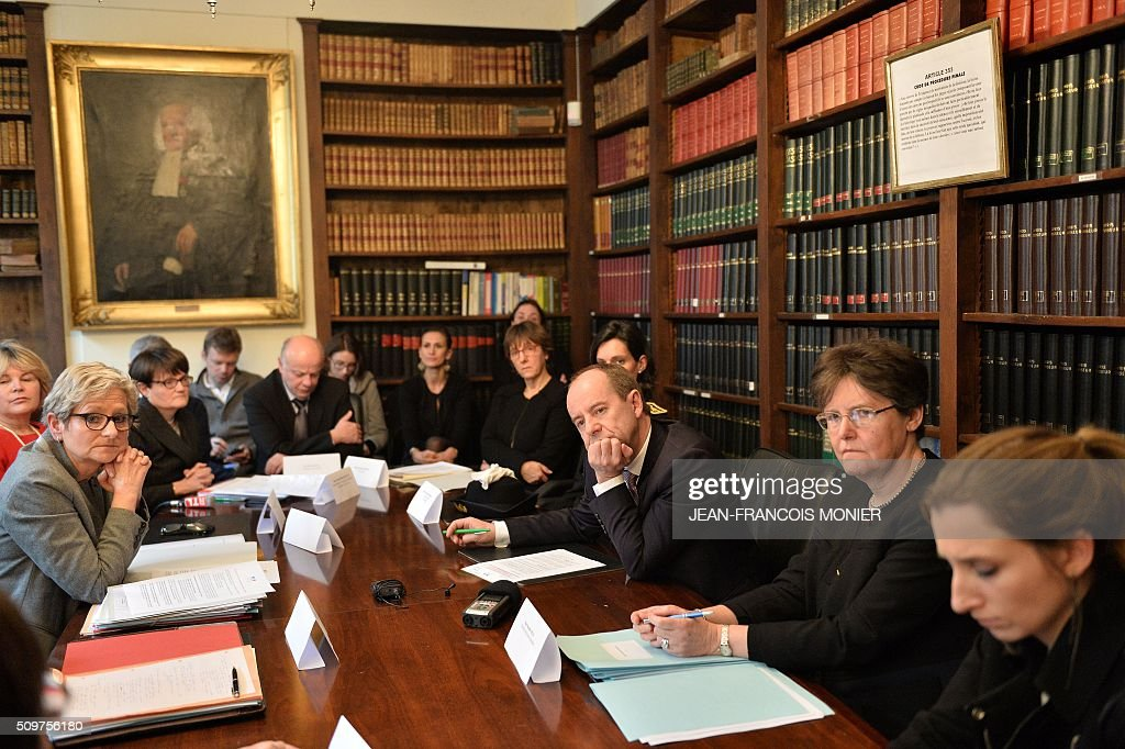 French Justice Minister Jean-Jacques Urvoas (3rd R) and Director of Judicial Services for the Justice Minister, Marielle Thuau (2nd R) meet with court staff during his visit to the Regional Court (TGI) of Chartres on February 12, 2016. / AFP / JEAN-FRANCOIS MONIER
