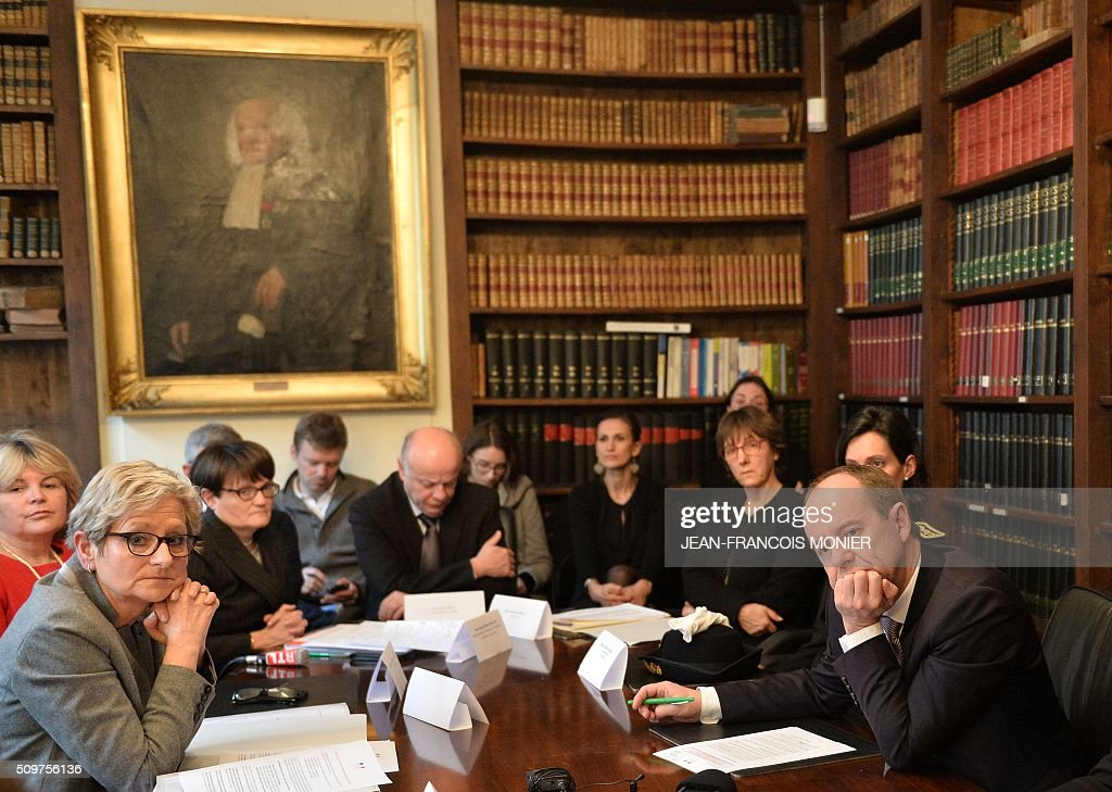 French Justice Minister Jean-Jacques Urvoas (R) meets with court staff during his visit to the Regional Court (TGI) of Chartres on February 12, 2016. / AFP / JEAN-FRANCOIS MONIER