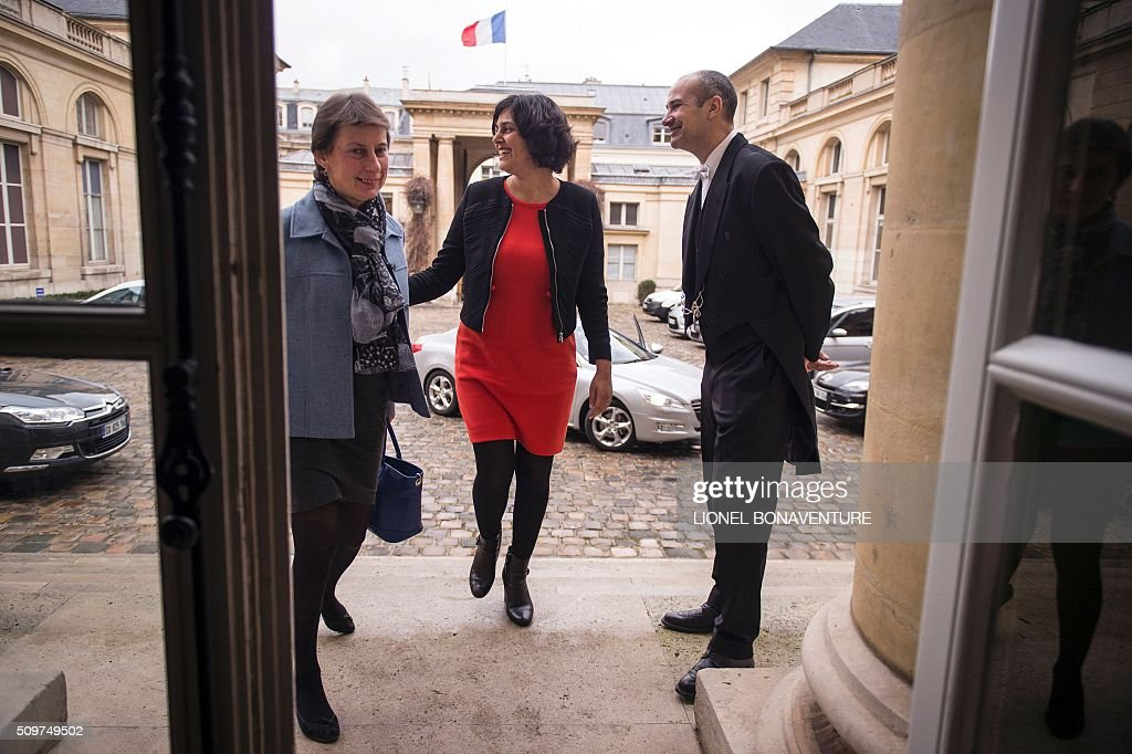 French Labour minister Myriam El Khomri (C) welcomes newly appointed Minister of State for Vocational Training, Clotilde Valter (L) during a ceremony at the Labour ministry in Paris on February 12, 2016. / AFP / LIONEL BONAVENTURE