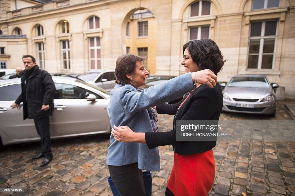 French Labour minister Myriam El Khomri (R) welcomes newly appointed Minister of State for Vocational Training, Clotilde Valter during a ceremony at the Labour ministry in Paris on February 12, 2016. / AFP / LIONEL BONAVENTURE
