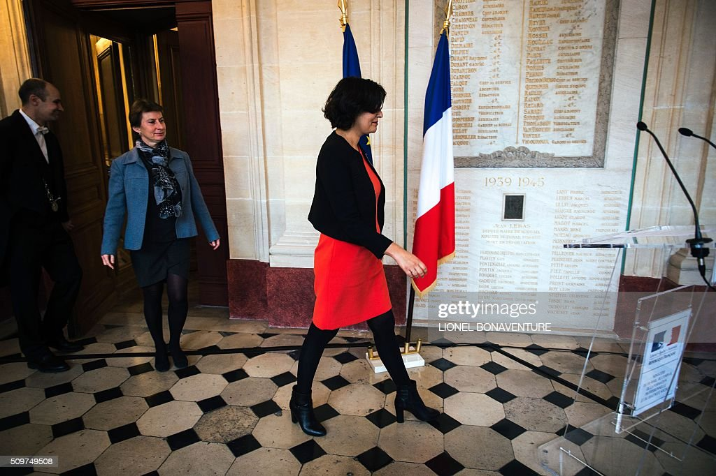 French Labour minister Myriam El Khomri (C) welcomes newly appointed Minister of State for Vocational Training, Clotilde Valter during a ceremony at the Labour ministry in Paris on February 12, 2016. / AFP / LIONEL BONAVENTURE
