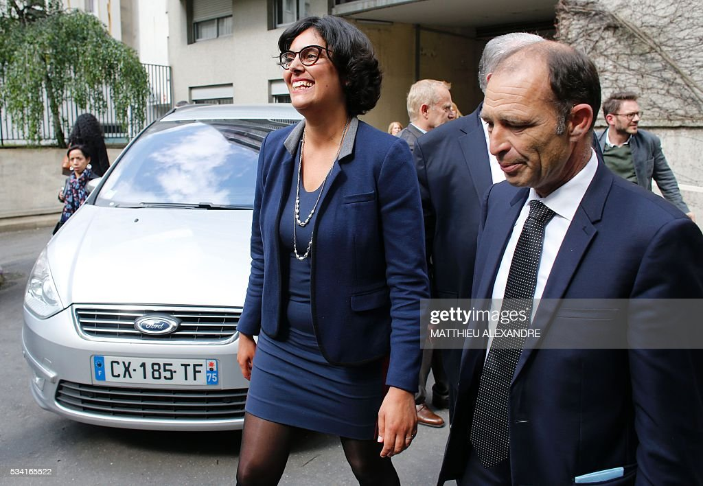 French Labour minister Myriam El-Khomri (2ndR), flanked by Mayor of the 19th district of Paris, Francois Dagnaud (R), arrives to visit Cap Emploi, France's national employment agency for disabled people, on May 25, 2016 in Paris. / AFP / MATTHIEU