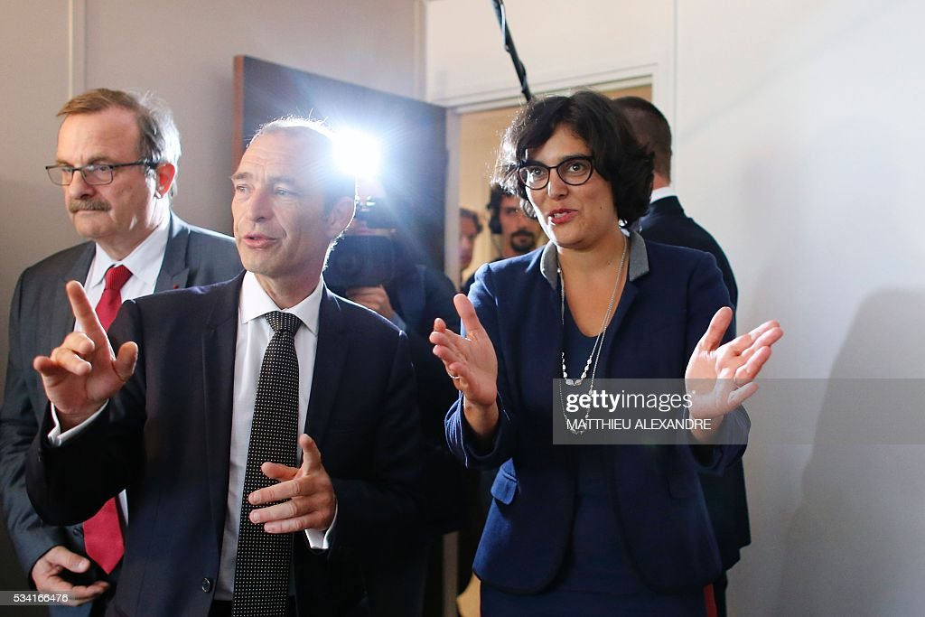French Labour minister Myriam El-Khomri (R), flanked by Mayor of the 19th district of Paris, Francois Dagnaud (L), arrives to visit Cap Emploi, France's national employment agency for disabled people, on May 25, 2016 in Paris. / AFP / MATTHIEU
