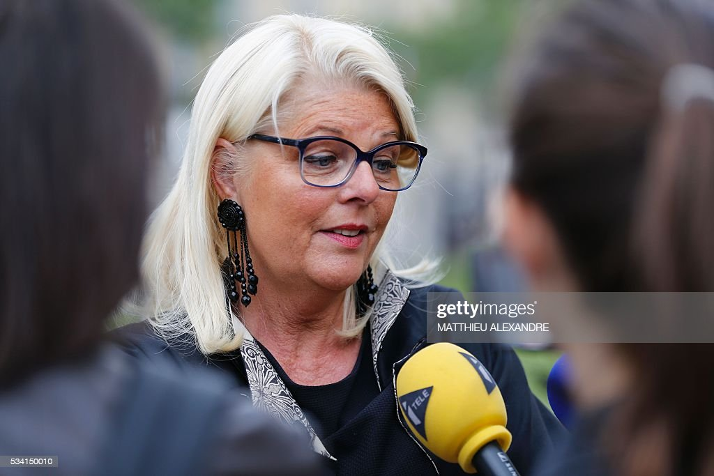 French lawyer Francoise Berrux (C), defending police officers who gave the assault, speaks to journalists as victims of November 13 Paris terror attacks and relatives arrive to meet the investigating judges in charge of the inquiry on May 25, 2016 at the Ecole militaire in Paris. / AFP / MATTHIEU