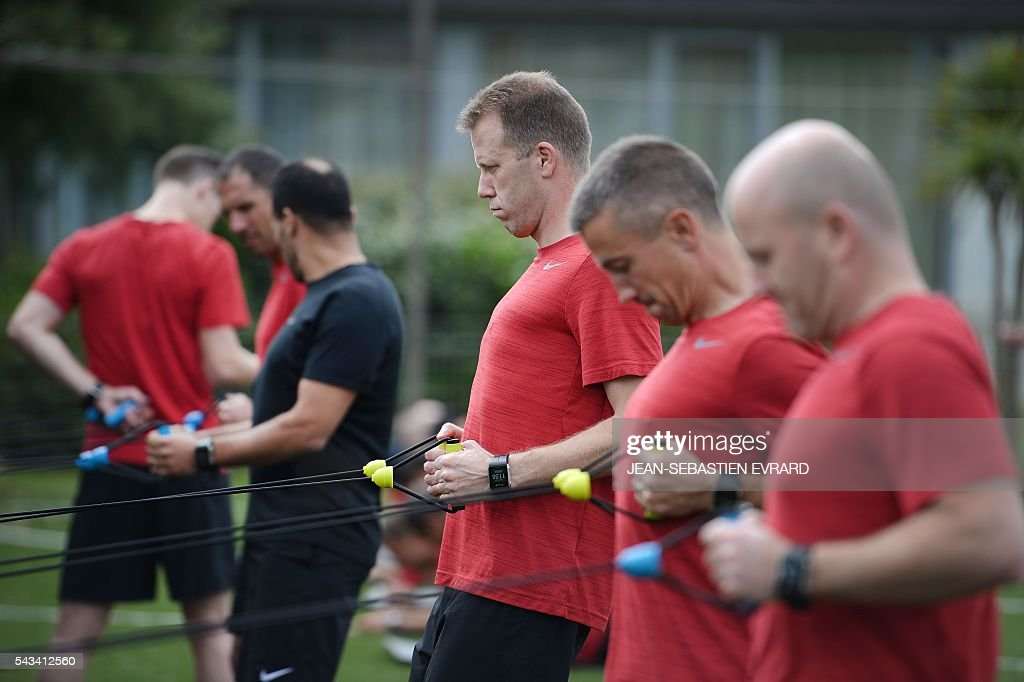 French League 1 football referee Olivier Thual (C) takes part in a training camp in Quiberon, western France, on June 28, 2016, ahead of the 2016/2017 French L1 football season. The French Ligue 1 football season will start on August 12, 2016. / AFP / JEAN