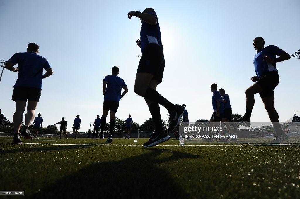 French League 1 football referees take part in a training session during their internship in Quiberon, western France, on June 25, 2014, ahead of the 2014/2015 French L1 football season that will start on August 9, 2014. AFP PHOTO / JEAN-SEBASTIEN EVRARD