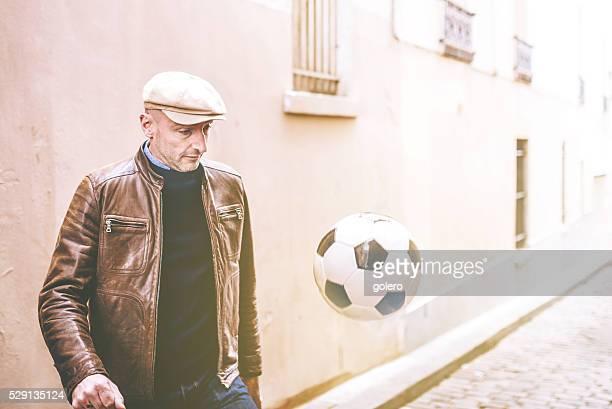 Französische Mann Jonglieren einen Fußball in Paris