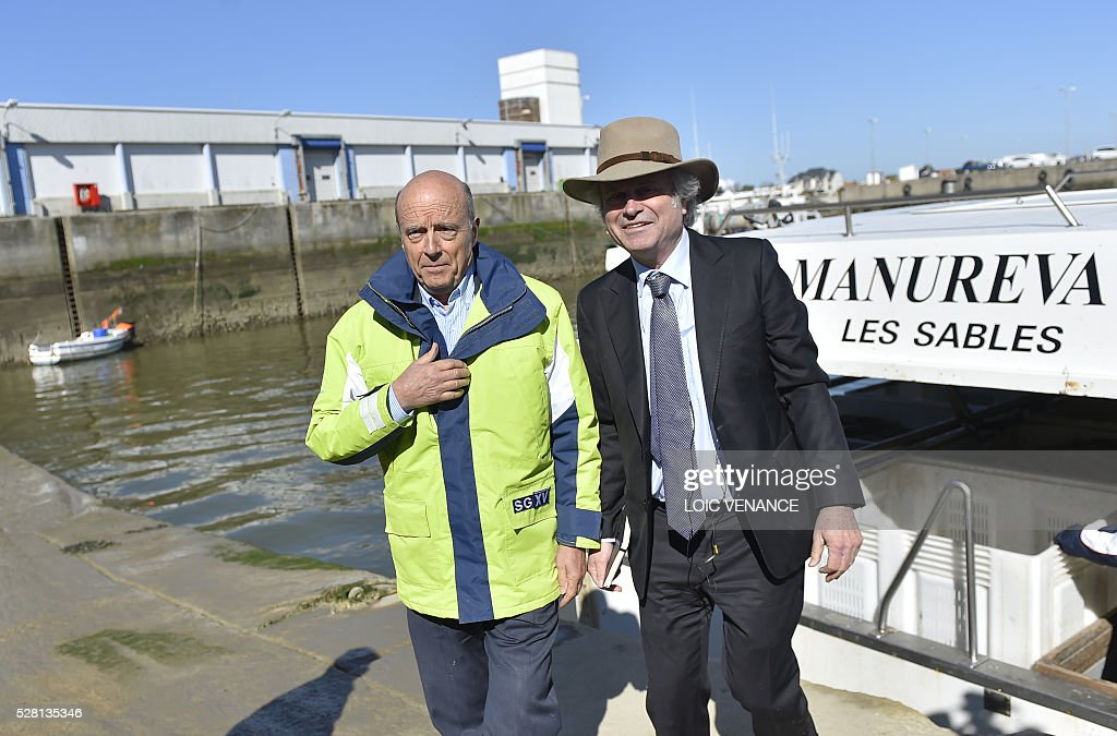 French mayor of Bordeaux and candidate for the right-wing Les Republicains (The Republicans) presidential primary Alain Juppe (L) arrives to sail with fishermen during a visit to Saint-Gilles-Croix-de-Vie, western France, on May 4, 2016. / AFP / LOIC
