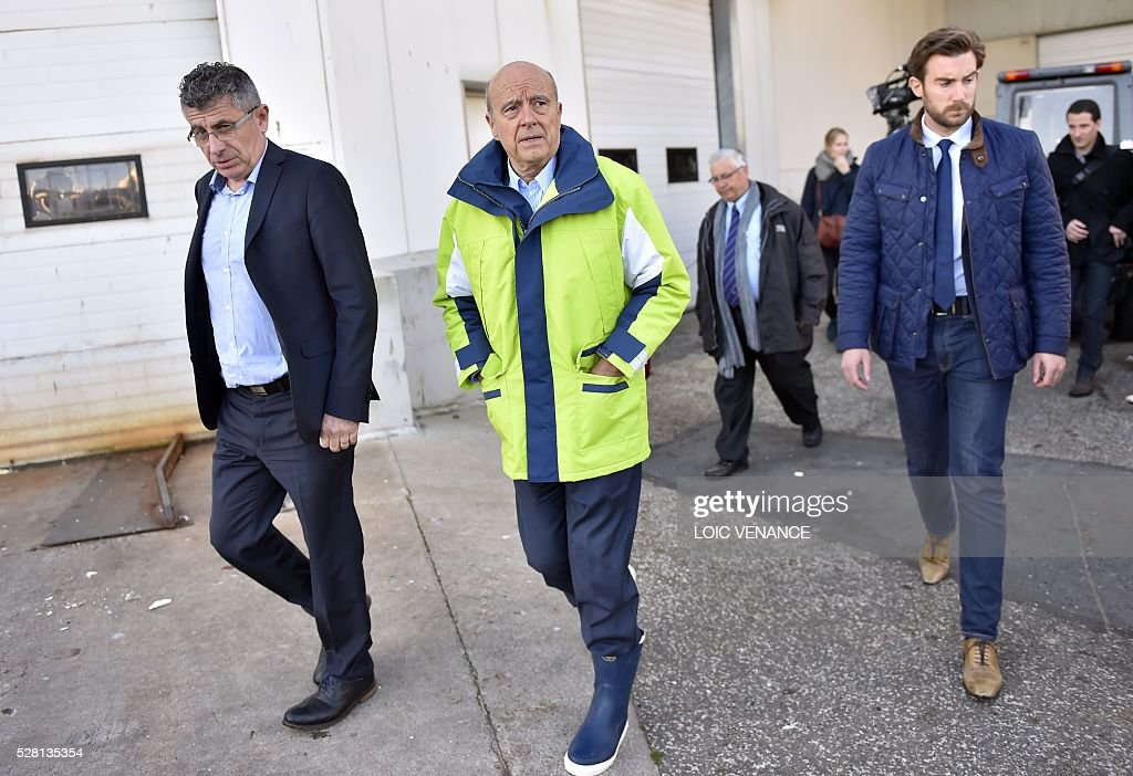 French mayor of Bordeaux and candidate for the right-wing Les Republicains (The Republicans) presidential primary Alain Juppe (C) arrives to sail with fishermen during a visit to Saint-Gilles-Croix-de-Vie, western France, on May 4, 2016. / AFP / LOIC