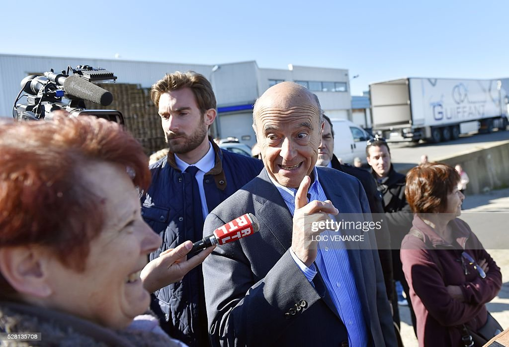 French mayor of Bordeaux and candidate for the right-wing Les Republicains (The Republicans) presidential primary Alain Juppe (C) speaks to supporters during a visit to Saint-Gilles-Croix-de-Vie, western France, on May 4, 2016. / AFP / LOIC