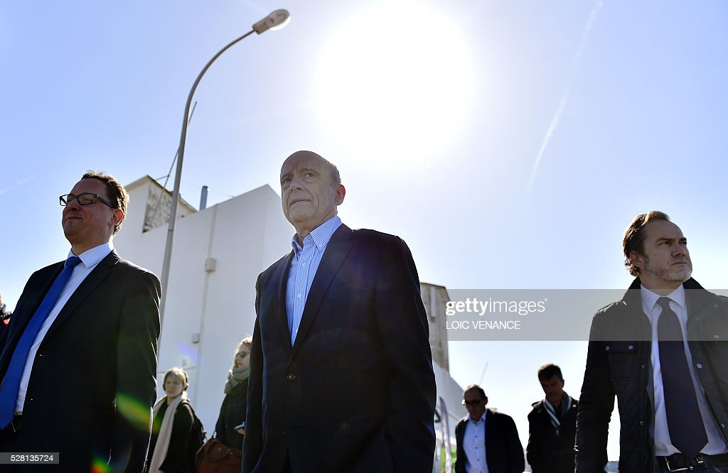 French mayor of Bordeaux and candidate for the right-wing Les Republicains (The Republicans) presidential primary Alain Juppe (C) meets with supporters during a visit to Saint-Gilles-Croix-de-Vie, western France, on May 4, 2016. / AFP / LOIC