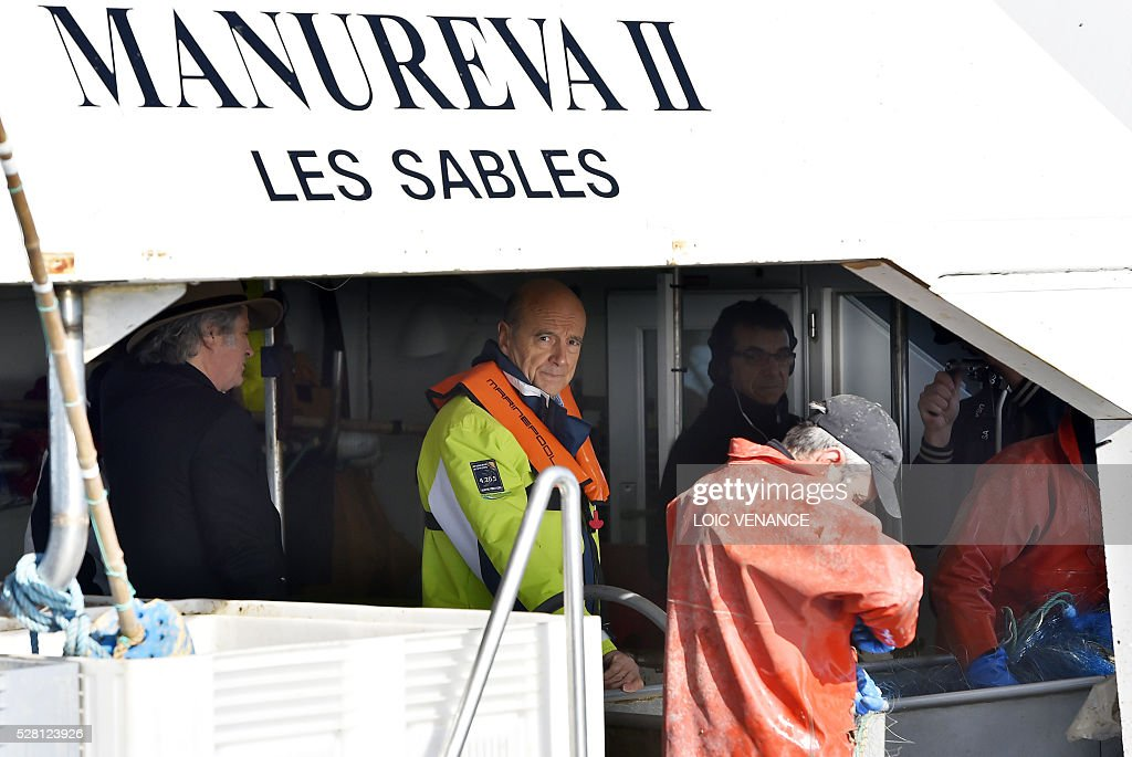 French mayor of Bordeaux and French candidate for the right-wing Les Republicains (The Republicans) presidential primary Alain Juppe (C) sails with fishermen on May 4, 2016 offshore Saint-Gilles-Croix-de-Vie, western France. / AFP / LOIC