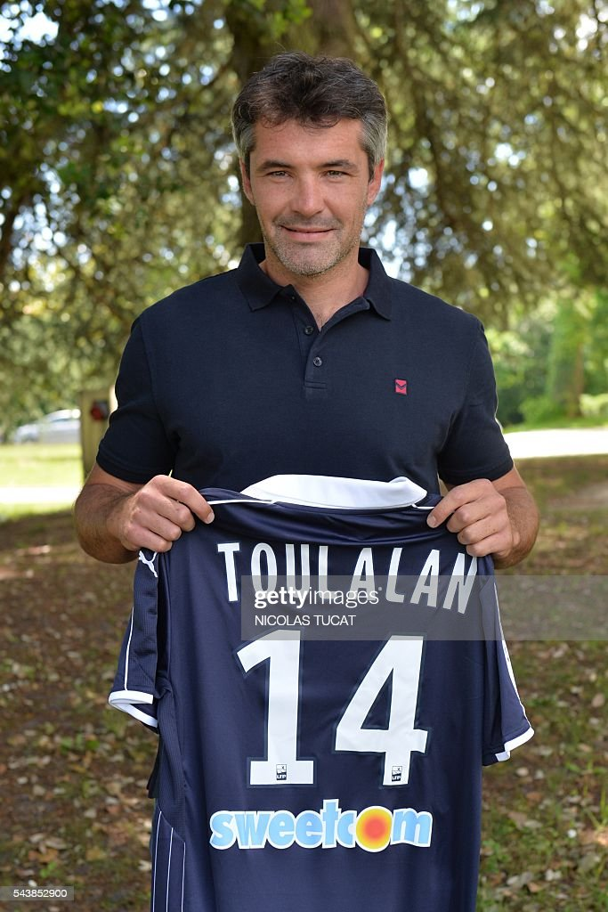 French midfielder Jeremy Toulalan poses with his jersey as he is introduced as a new player of the French L1 Girondins de Bordeaux football team on June 30, 2016 at Le Haillan. / AFP / NICOLAS