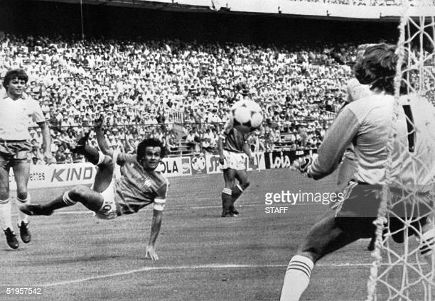 French midfielder Michel Platini executes a bicycle kick in front of Norhern Ireland's goalkeeper Pat Jennings 04 July 1982 at Vicente Calderon...