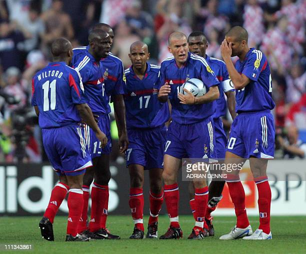 French midfielder Zinedine Zidane talks to the team 17 June 2004 during their European Nations football championships match against Croatia at the Dr...