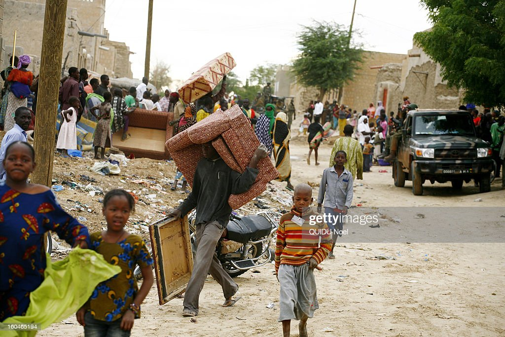 French military intervention in Mali Serval operation against the Islamic jihad, the release of Timbuktu, the population plundered the houses of Islamists on January 28, 2013.