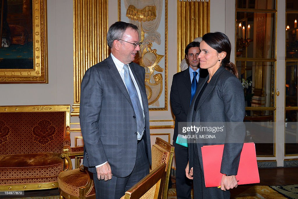 French Minister for Culture and Communication, Aurelie Filippetti (R) welcomes US Internet giant Google executive chairman Eric Schmidt (L) prior to a meeting, on October 29, 2012 at the Ministry of Culture in Paris. Google's executive chairman Schmidt will meet with French President Francois Hollande later in the day, as the Internet giant wrangles with Paris over a bill that would force search engines to pay for content, a government source said on October 27. Google had warned that it would exclude French media sites from its search results if France adopted a bill that would force search engines to pay for content. AFP PHOTO / POOL / MIGUEL MEDINA