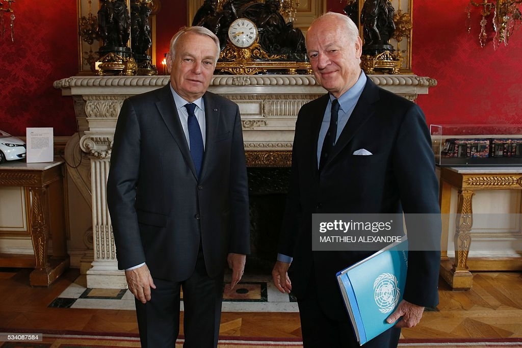 French Minister for Foreign Affairs Jean-Marc Ayrault (L) poses with UN Special envoy for Syria Staffan de Mistura, following talks on Syria on May 25, 2016 at the Foreign Affairs ministry in Paris. / AFP / MATTHIEU