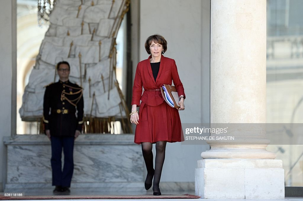 French minister for Social Affairs, Health Marisol Touraine talks to the press as she leaves the Elysee presidential Palace after the weekly cabinet meeting in Paris on May 4, 2016 .