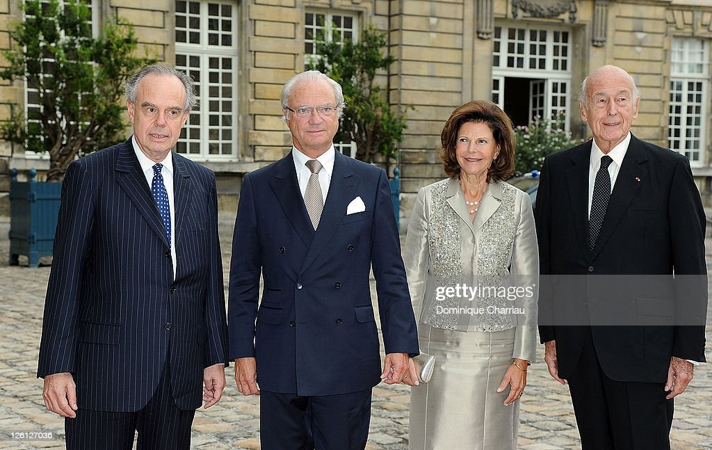 French Minister of Culture <a gi-track='captionPersonalityLinkClicked' href=/galleries/search?phrase=Frederic+Mitterrand&family=editorial&specificpeople=621709 ng-click='$event.stopPropagation()'>Frederic Mitterrand</a> King Carl XVI Gustaf of Sweden, <a gi-track='captionPersonalityLinkClicked' href=/galleries/search?phrase=Queen+Silvia+of+Sweden&family=editorial&specificpeople=160332 ng-click='$event.stopPropagation()'>Queen Silvia of Sweden</a> and Former French president Valery Giscard D'Estaing Attend 'Master Art' Exhibition Opening at Palais Imperial de Compiegne on September 22, 2011 in Compiegne, France.