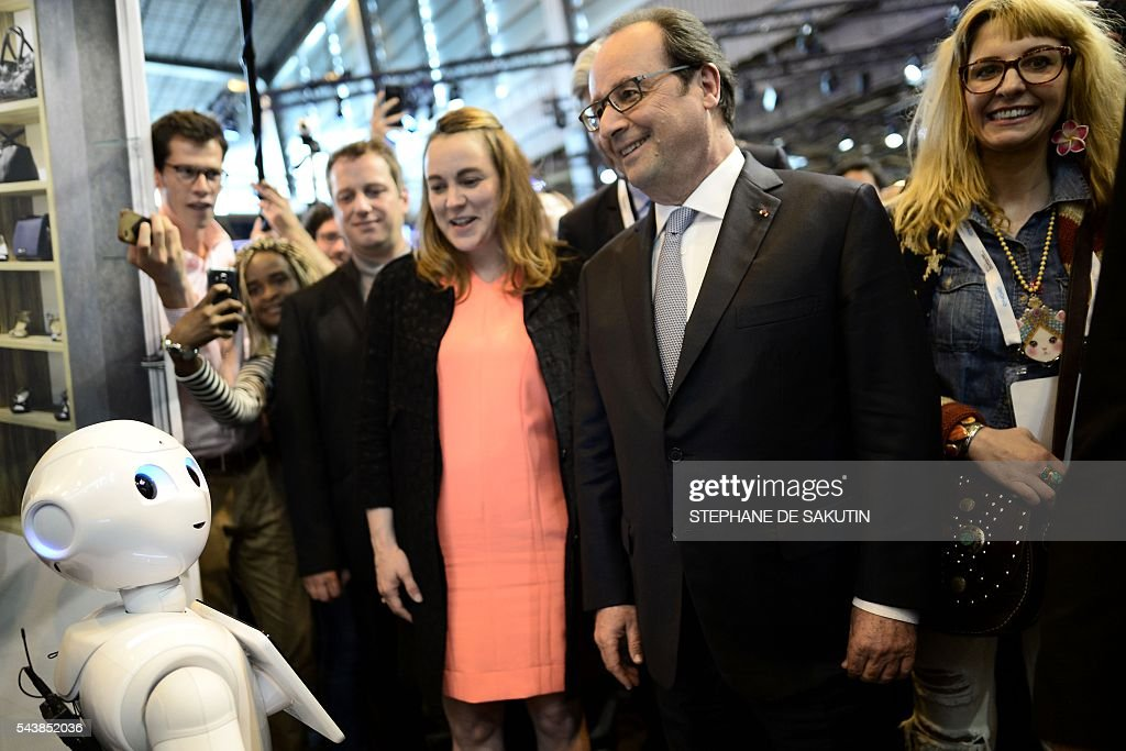 French Minister of State for the Digital Sector Axelle Lemaire (L) and French President Francois Hollande (R) stand next to the IBM Watson powered robot during a visit to the Viva technology event in Paris on June 30, 2016. / AFP / STEPHANE