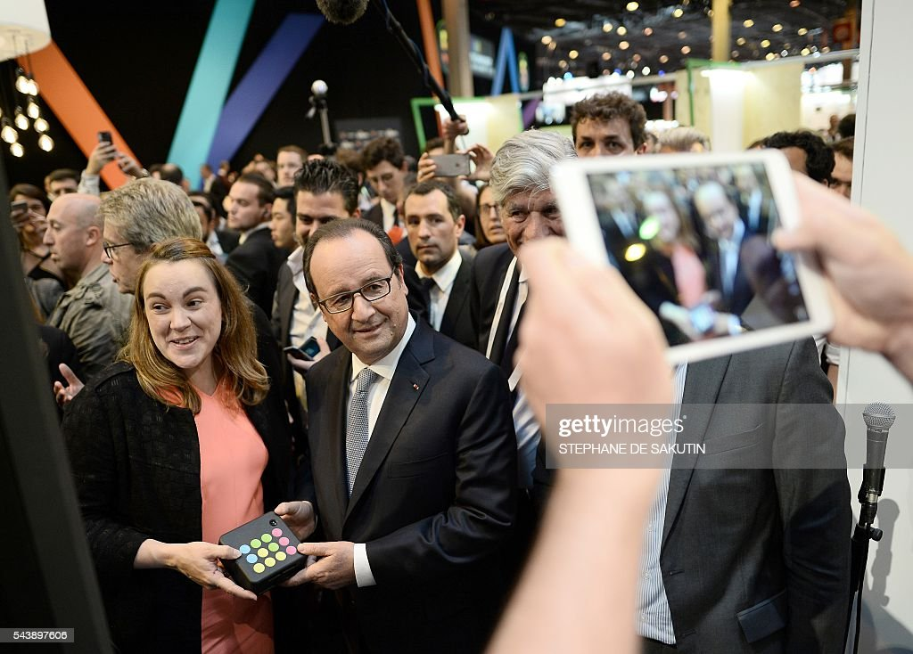 French Minister of State for the Digital Sector Axelle Lemaire (L) and French President Francois Hollande (2nd L) visit the Viva technology event in Paris on June 30, 2016. / AFP / POOL / STEPHANE