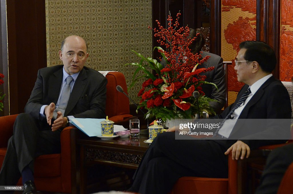 French Minister of the Economy Pierre Moscovici (L) speaks with Chinese Vice Premier Li Keqiang (R) during their meeting at the Zhongnanhai leaderships compound in Beijing on January 8, 2013. Moscovici started his a two day visit to China on January 7, 2013.
