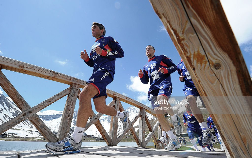 French national football team players Jeremy Toulalan (L) and Franck Ribery run with teammates during a training session on May 21, 2010 around Tignes' lake, in the French Alps, as part of their preparation for the upcoming World Cup 2010 in South Africa. France will play Uruguay in Capetown in its group A opener match next June 11.