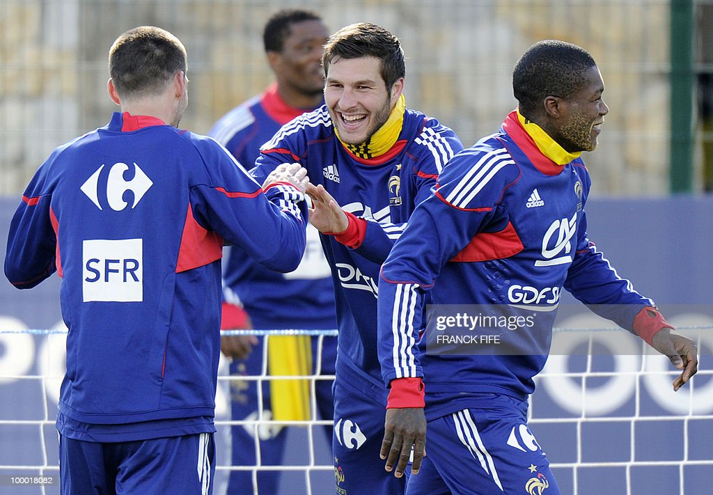 French national football team's forward Andre-Pierre Gignac (C) smiles next to forward Djibrill Cisse (R) and midfielder Franck Ribery (L) during a training session, on May 20, 2010 in Tignes, French Alps, as part of the altitude training in preparation for the 2010 World cup in South Africa. France will play Uruguay in Capetown in its group A opener match on June 11.