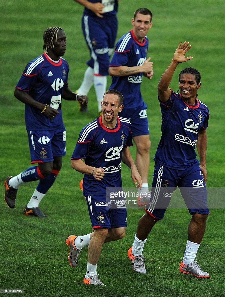 French national football team's forward Franck Ribery (C) anf Florent Malouda run during a training session, on May 28, 2010, in Sousse, as part of the preparation for the upcoming World Cup 2010. France will play against Uruguay in Capetown in its group A opener match on June 11.
