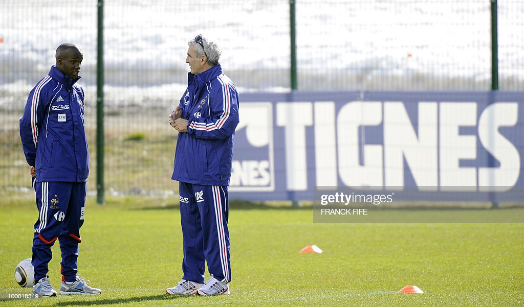 French national football team's midfielder Lassana Diarra (L) chats with French coach Raymond Domenech during a training session, on May 20, 2010 in Tignes, French Alps, as part of their altitude training in preparation for the 2010 World cup in South Africa. France will play Uruguay in Capetown in its group A opener match on June 11.