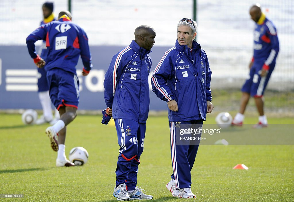 French national football team's midfielder Lassana Diarra (C) speaks with French coach Raymond Domenech (R) during a training session, on May 20, 2010 in Tignes, French Alps, as part of their altitude training in preparation for the 2010 World cup in South Africa. France will play Uruguay in Capetown in its group A opener match on June 11.