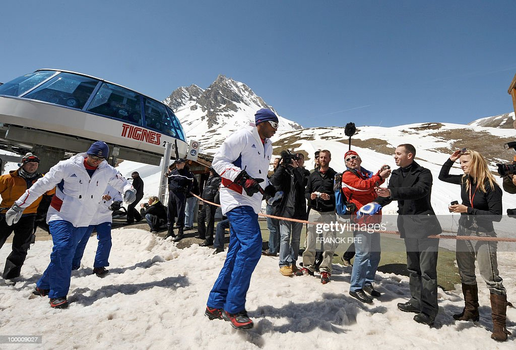 French national football team's midfielder Yoann Gourcuff (L) and captain Thierry Henry (R) are welcomed by fans upon their arrival in Tignes, French Alps, on May 20, 2010 after having spent the night with teammates at the top of a glacier. The French national team slept in altitude last night, as part of their altitude training in preparation for the 2010 World cup in South Africa.