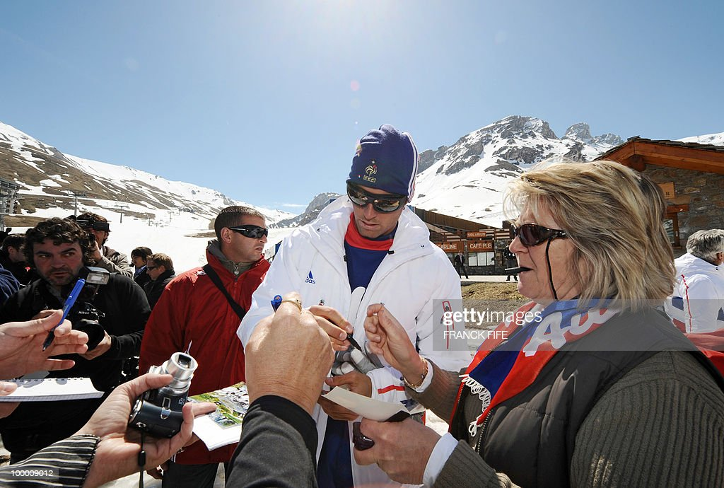 French national football team's midfielder Yoann Gourcuff (C) signs autographs for fans upon his arrival in Tignes, French Alps, on May 20, 2010 after having spent the night with teammates at the top of a glacier. The French national team slept in altitude last night, as part of their altitude training in preparation for the 2010 World cup in South Africa.