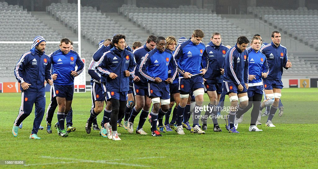 French national rugby union team players run during a training session on November 16, 2012 in Villeneuve-d'Ascq, on the eve of a rugby union test match against Argentina.