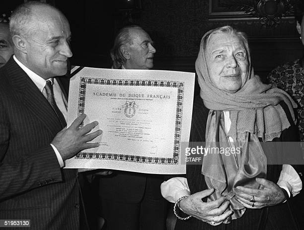 French novelist Marguerite Yourcenar receives the diploma of the French Disc Academy Charles Cros 28 November 1984 in Paris Yourcenar pseudonym of de...