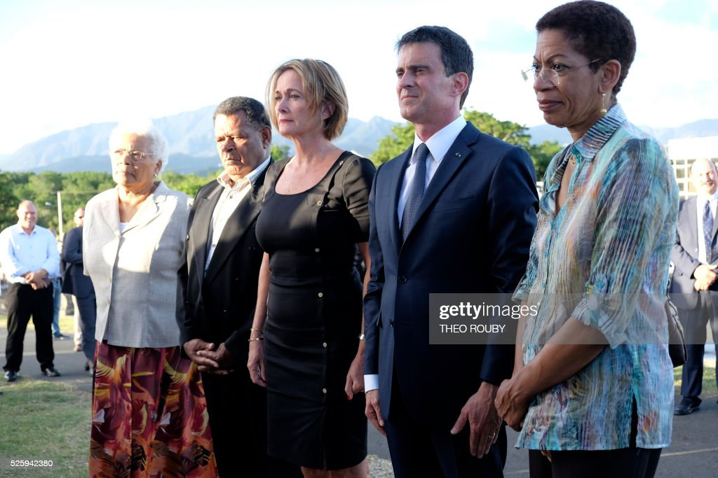 French Overseas Territories Minister George Pau-Langevin, French Prime Minister Manuel Valls, Isabelle Lafleur daughter of French former deputy of New Caledonia Jacques Lafleur, Kanak separatist politician and leader of the UC-FLNKS party Daniel Goa and Marie-Claude Tjibaou wife of Kanak nationalist leader Jean-Marie Tjibaou pay a tribute on Jacques Lafleur grave in Noumea on April 29, 2016. / AFP / THEO