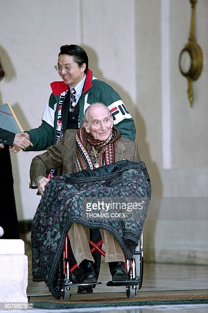 French painter Balthasar Klossowski aka Balthus leaves the Elysee Palace in Paris on November 6 1998 after meeting French President Jacques Chirac /...
